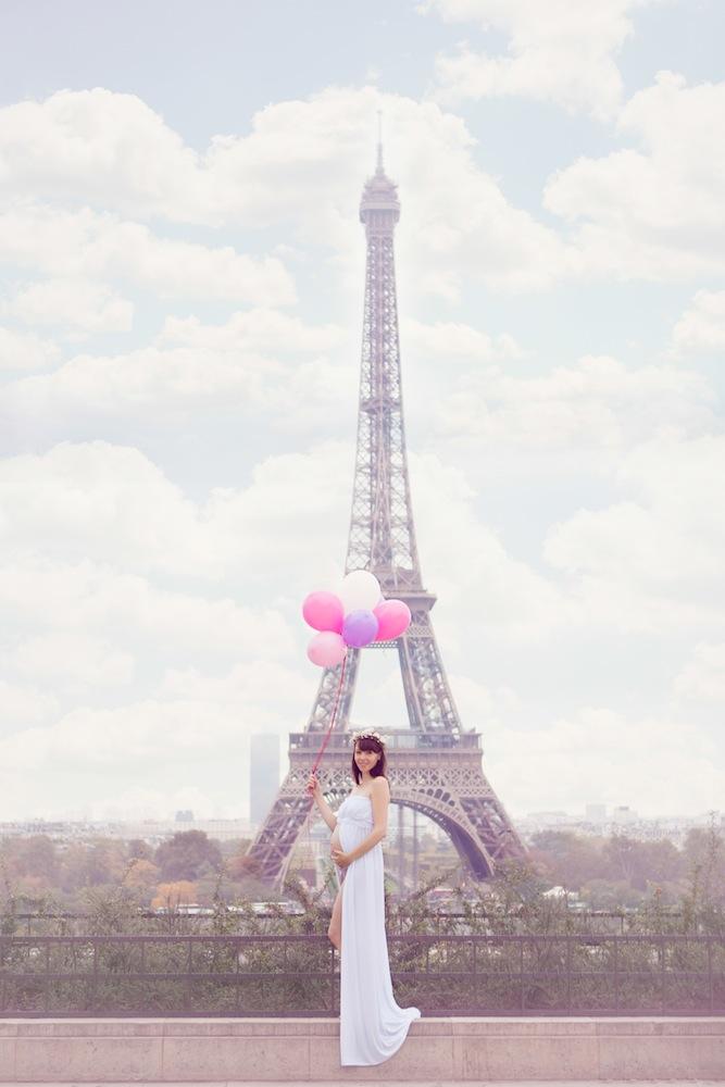 Femme enceinte devant la tour eiffel